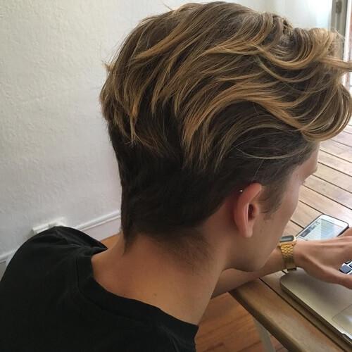 Peinado de flujo con puntas de colores