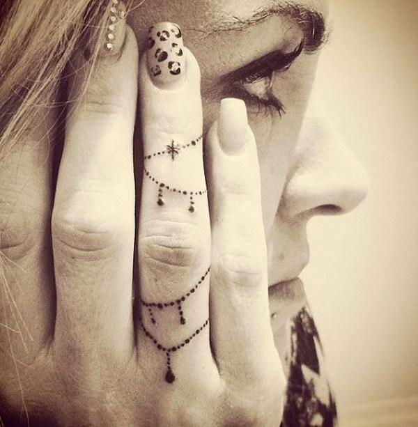 Diseño decorativo del tatuaje del dedo de la cadena.