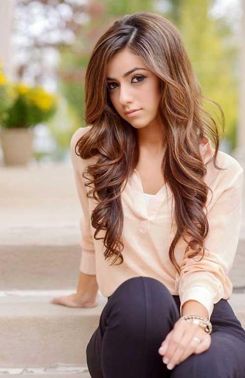 Peinados para el cabello largo ondulado de un adolescente