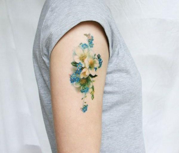 Tatuaje temporal floral azul y blanco vintage.