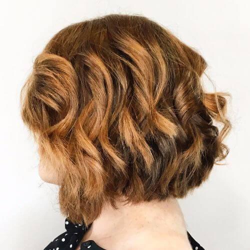 corte de pelo bob ondulado en el pelo de caramelo