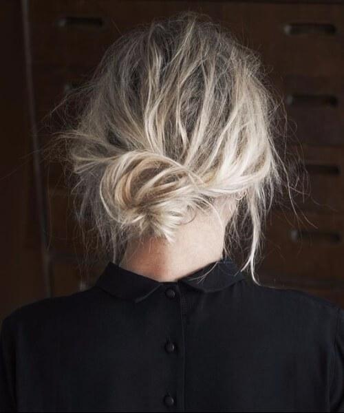 peinados de moño bajo extremadamente rizados para cabello fino