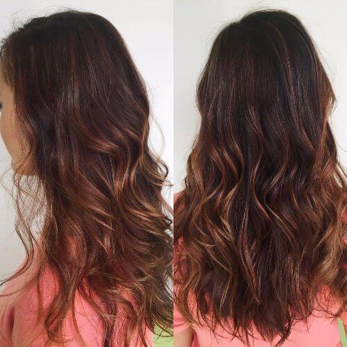 reflejos oscuros de caramelo en el pelo largo y ondulado