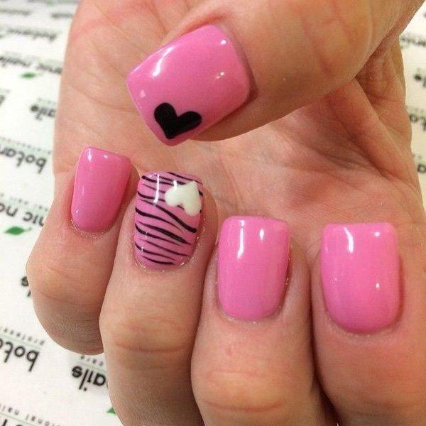 Diseño de uñas de rosa y leopardo con acento de corazones.