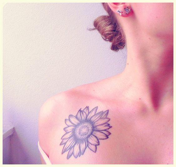 Tatuaje de girasol en clavícula.