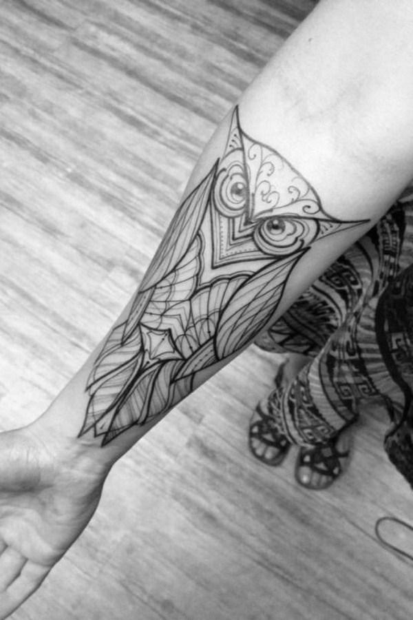 Diseño blanco y negro en el antebrazo.  Más a través de https://forcreativejuice.com/attractive-owl-tattoo-ideas/