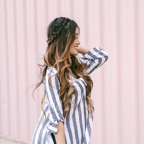 reflejos rubios en el cabello largo y castaño