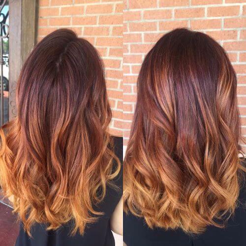 Balayage rubio oscuro en el pelo rojo grueso