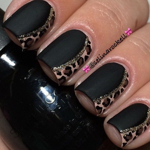 Mani negro mate con acentos de estampado animal.