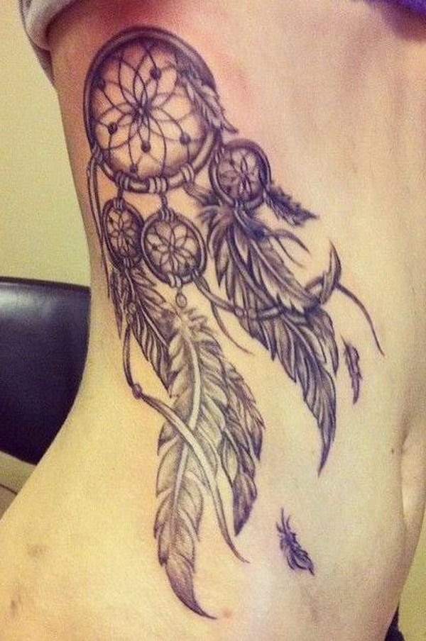 Diseño de tatuaje vintage dreamcatcher en el lateral trasero.