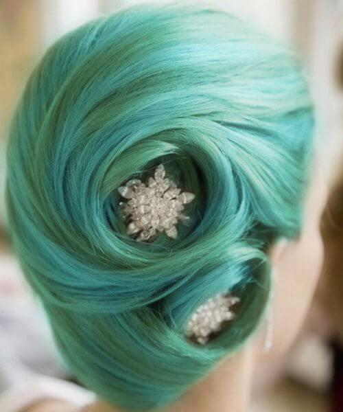 14. verde azulado y verde pin up peinados con joyas