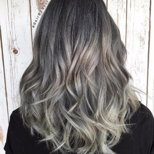 rubio balayage en pelo oscuro de longitud media