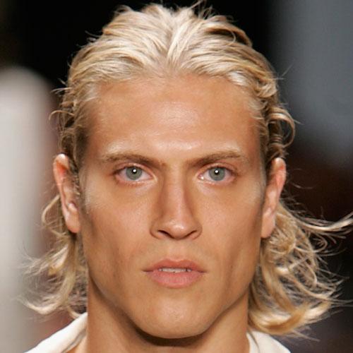 peinados largos rubios brillantes para hombres