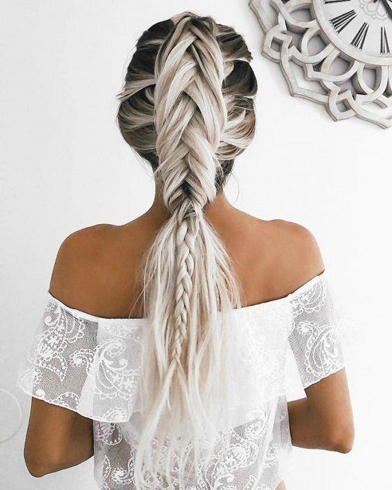 pelo blanco y gris en trenza intrincada