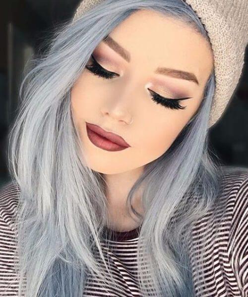 cielos azules pálidos caen los colores del cabello