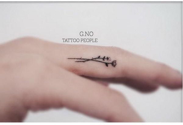 Tiny Flower Tattoo dentro del dedo.