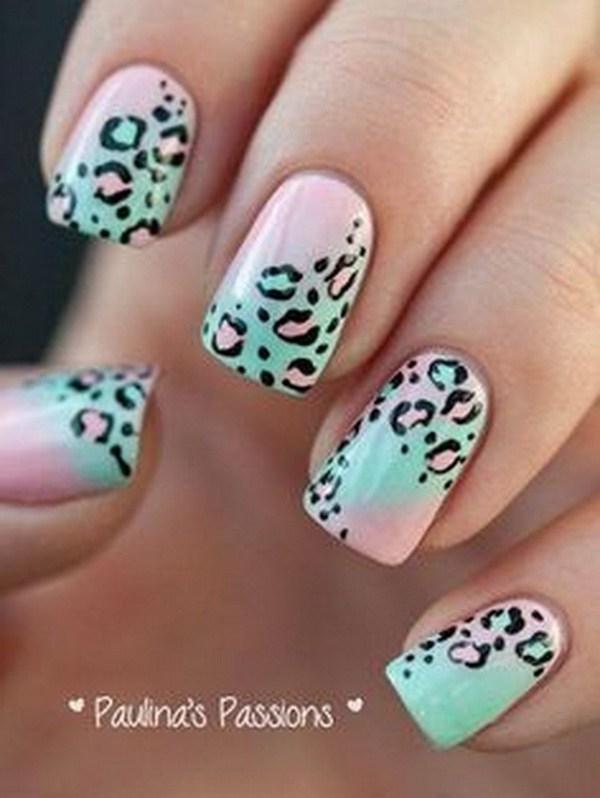 Pastel Lepoard Nail Art Design. Esmalte de uñas verde y rosa pastel como revestimiento base.
