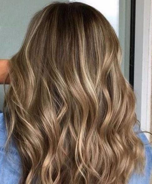 reflejos rubios suaves en una base rubia oscura caen los colores del cabello