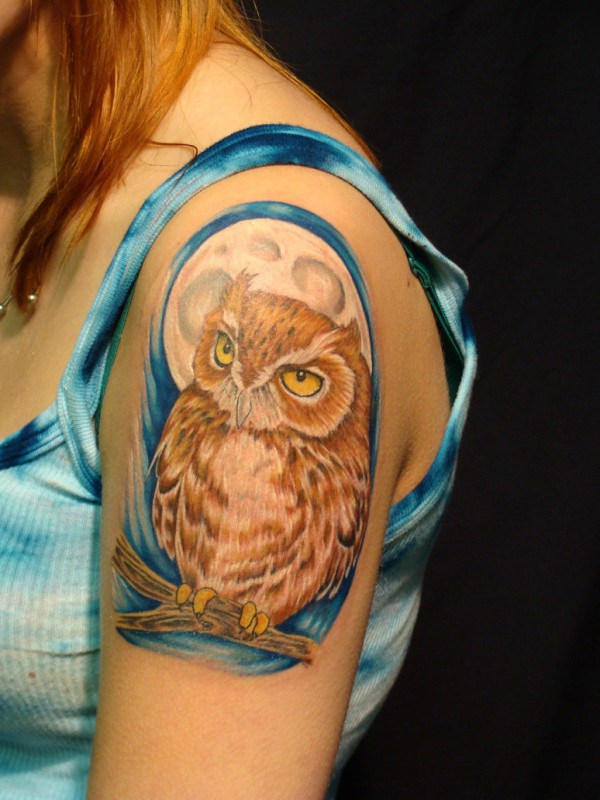 Chica hombro búho tatuaje.  Más a través de https://forcreativejuice.com/attractive-owl-tattoo-ideas/