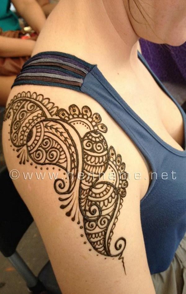 Impresionante tatuaje de henna hombro.