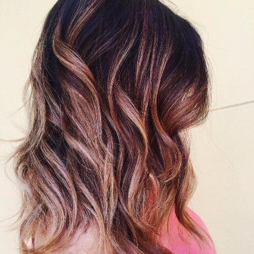 reflejos rojos y acaramelados en el cabello castaño