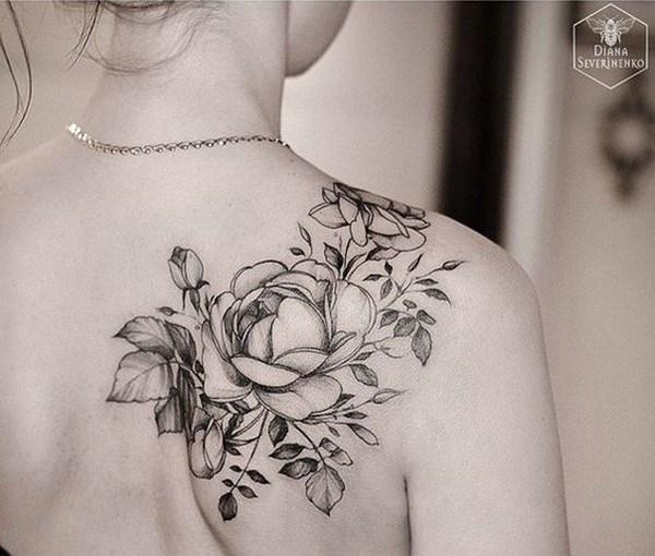 Tatuaje de Rose blanco y negro en hombro trasero.