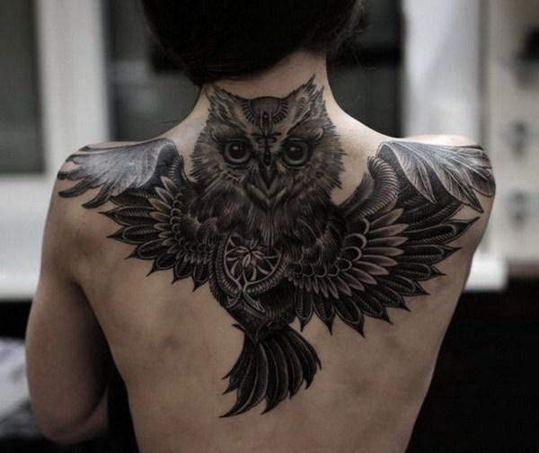 Full Black Owl Tattoo en la parte superior de la espalda.  Más a través de https://forcreativejuice.com/attractive-owl-tattoo-ideas/
