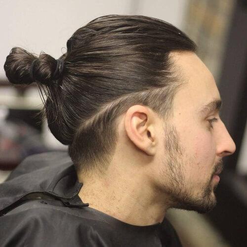 Peinado pequeño de corte bajo para hombres con cabello largo