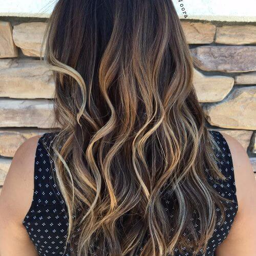 reflejos rubios en cabello castaño largo ondulado