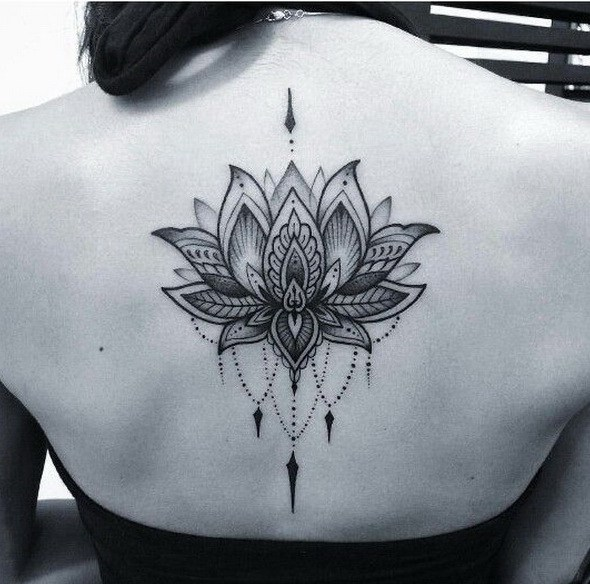 Negro y gris Dotwork Lotus Tattoo.