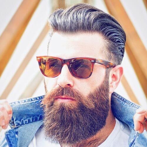 Peinado de flujo con barba gruesa