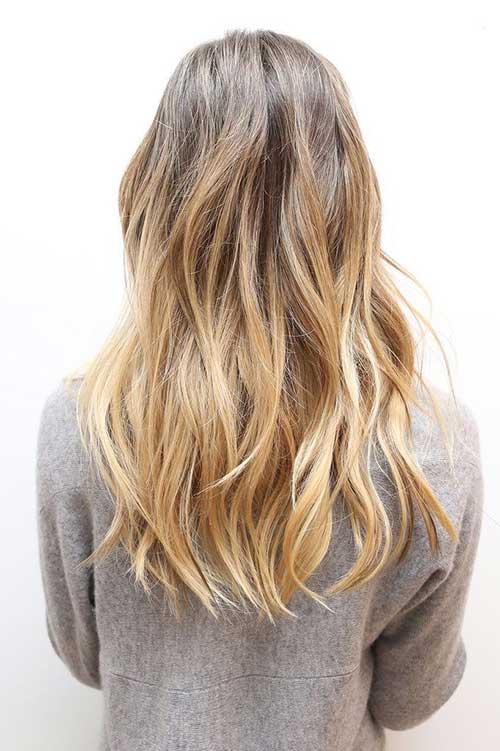 Peinado largo hermoso rubio de la capa