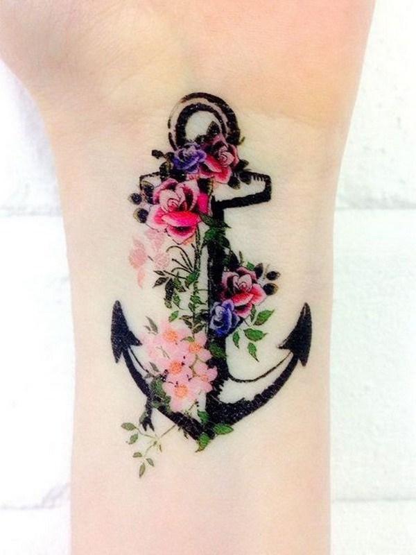 Flores de color y tatuaje de muñeca de anclaje para mujeres.