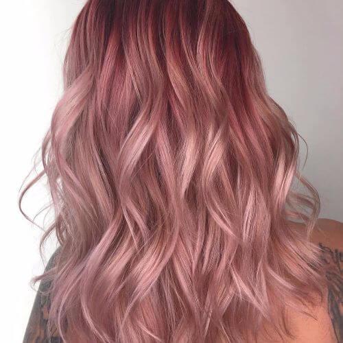 cabello en capas de color rosa pastel