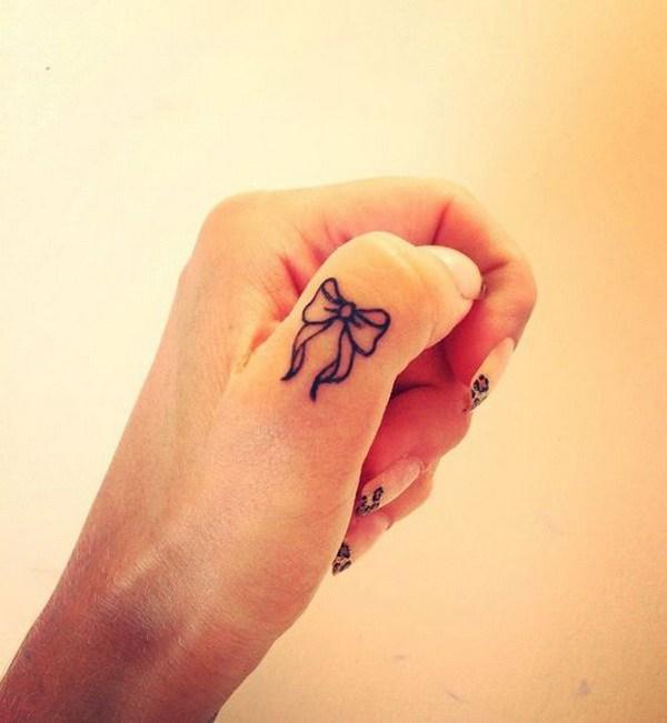 Lindo arco dedo tatuaje.