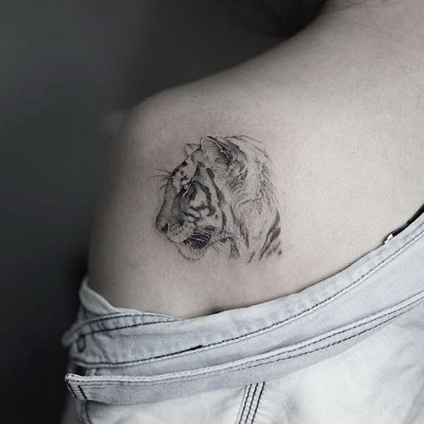 Tatuaje del hombro del tigre blanco.