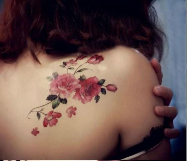 Tatuaje del hombro rosado de la flor.