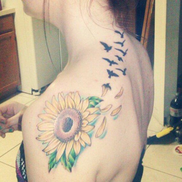 Girasol con una fila de diseño del tatuaje del hombro de aves voladoras.