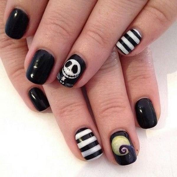 Nightmare Halloween Nail con un pequeño diseño de cráneo.  Ideas de arte de uñas de Halloween.