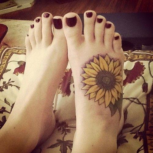 Tatuaje de girasol a pie.