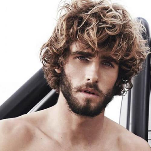 Peinados de longitud media para hombres con cabello grueso