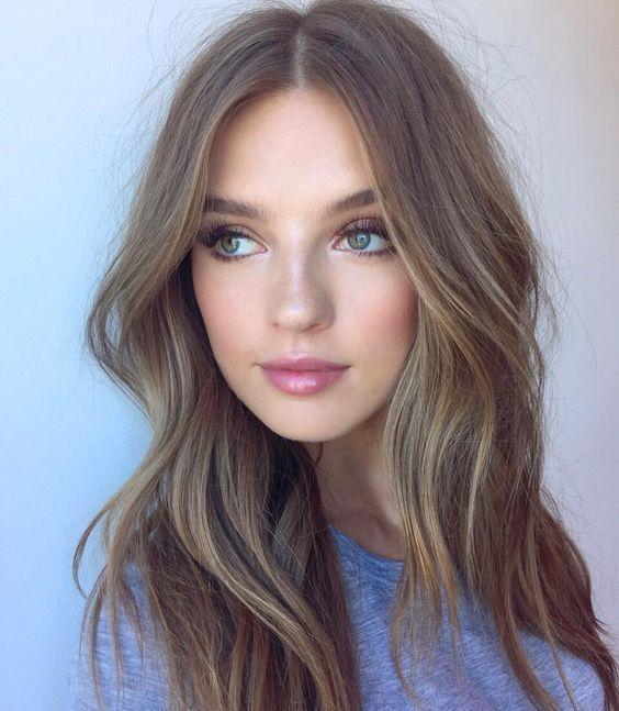 cabello castaño natural con reflejos rubios