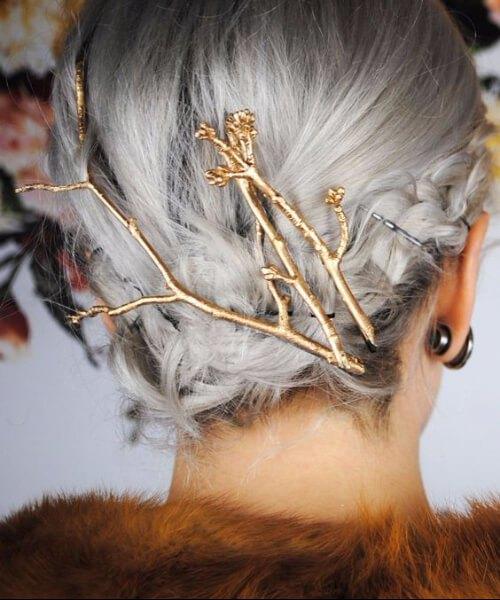adornos dorados ramita de cabello gris