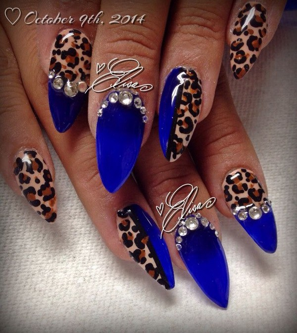 Azul, estampado de leopardo y arte del clavo del rhinestone.