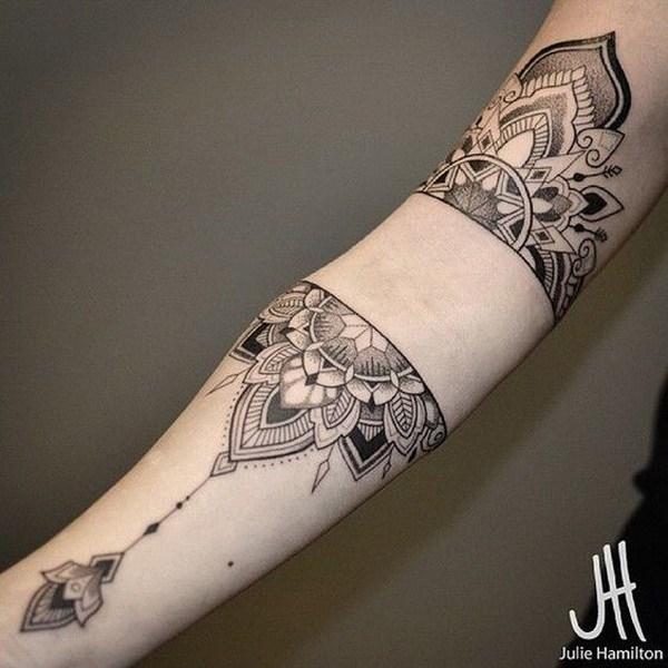 Mandala manga tatuaje.  www.  https://forcreativejuice.com/cool-sleeve-tattoo-designs/