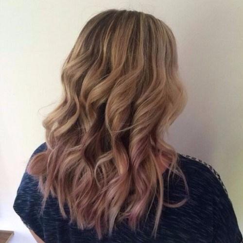 extremos púrpuras en cabello rubio ceniza