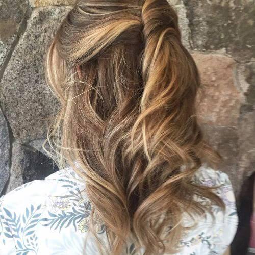 peinado trenzado en cabello caramelo claro