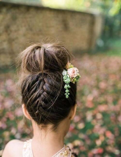 Bollo con una trenza francesa en la parte posterior y accesorios florales para el cabello damas de honor peinados