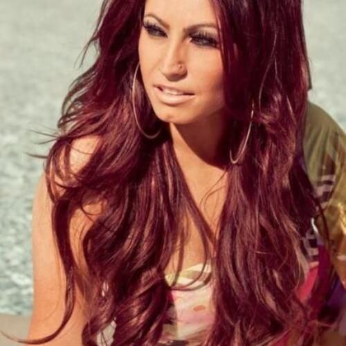 color de pelo burdeos sobre cabello castaño