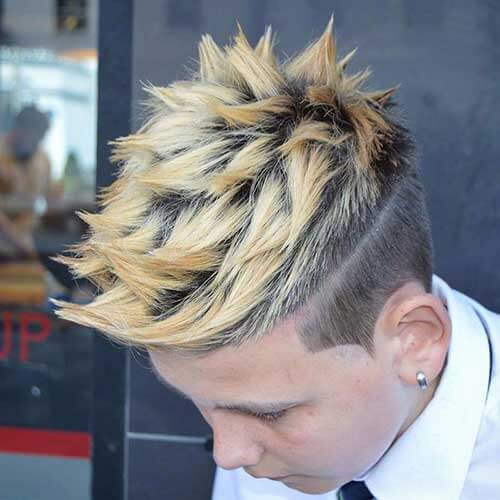 Peinados espigados blanqueados para hombres